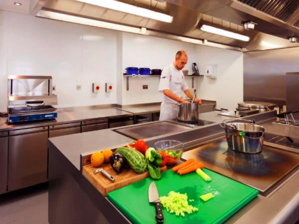 Pavimentos antideslizantes suelos para cocinas industriales for Pavimentos para cocinas